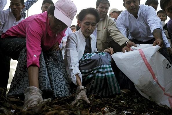Ba Aung San Suu Kyi di nhat rac tren duong pho Myanmar hinh anh 1