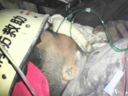 Tim thay nguoi song sot sau 67 gio lo dat o Trung Quoc hinh anh 1 Nạn nhân lở đất còn sống được giải cứu. Ảnh: Caixin