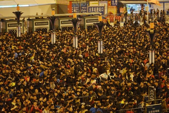 100.000 nguoi Trung Quoc chen lan o ga tau cho ve que an Tet hinh anh 1
