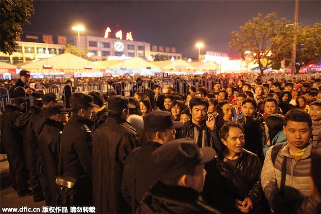100.000 nguoi Trung Quoc chen lan o ga tau cho ve que an Tet hinh anh 6