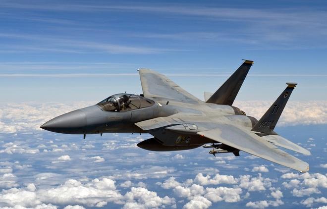 My trien khai may bay chien dau F-15 de phong Nga hinh anh