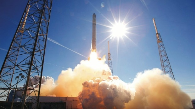 Video ten lua cua SpaceX ha canh tren bien hinh anh