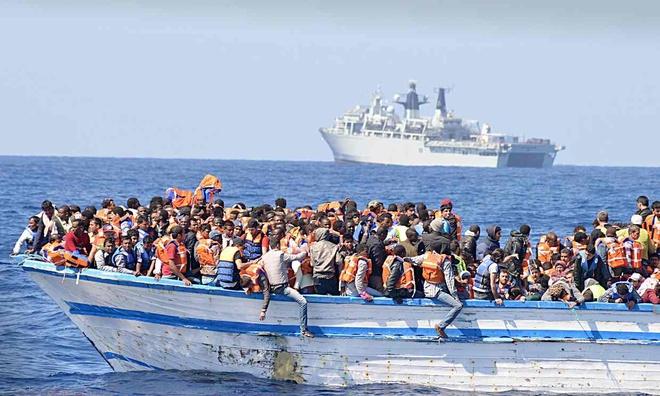 Chim tau cho nguoi di cu tu Libya, gan 500 nguoi thiet mang hinh anh