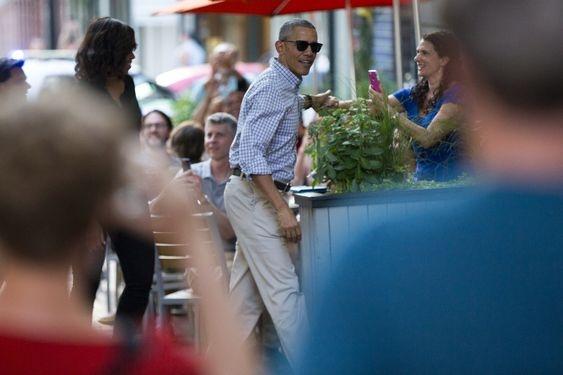 Vua ve My, Tong thong Obama dan vo dung bua o nha hang hinh anh