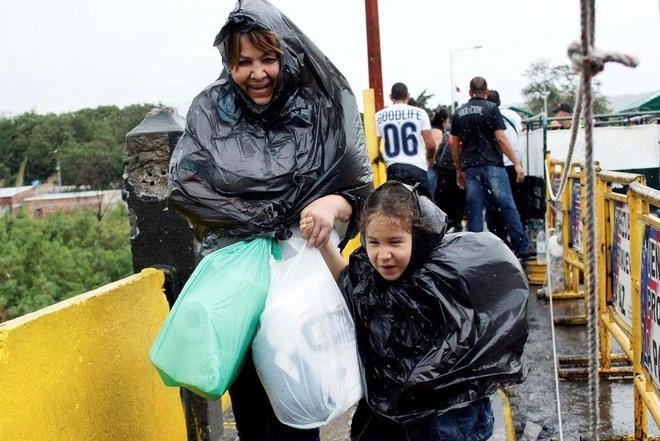 Hang chuc nghin dan Venezuela vuot bien gioi mua hang hoa hinh anh
