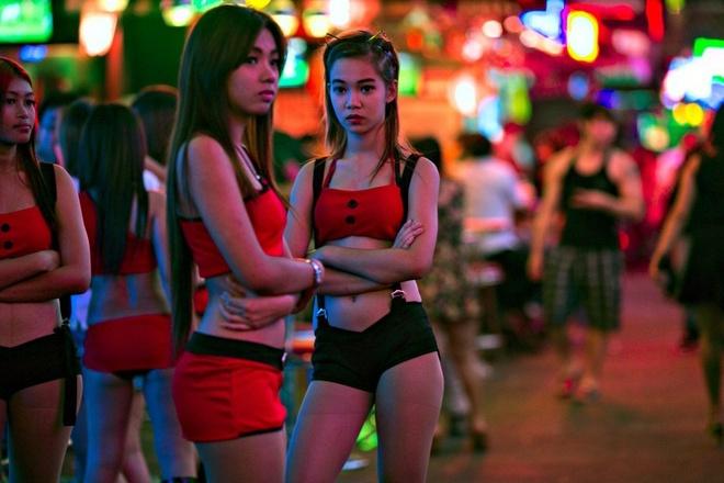 Quan bar Sai Gon: Disneyland cua cac ong Tay nghi huu hinh anh 1