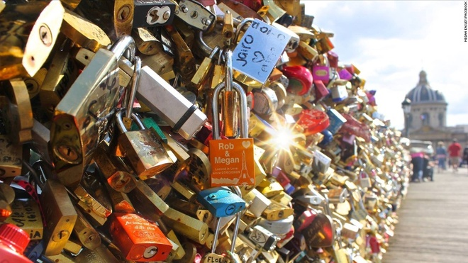 Paris ban 65 tan 'khoa tinh yeu' quyen tien cho nguoi ti nan hinh anh
