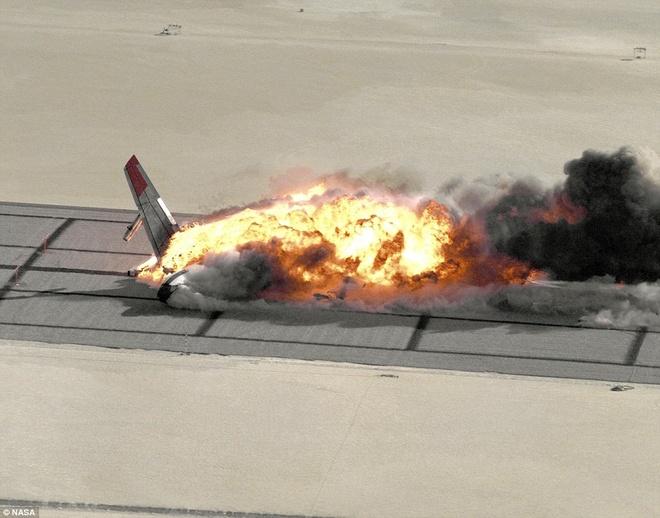 Khoanh khac Boeing 720 roi trong cuoc thu nghiem hinh anh 4