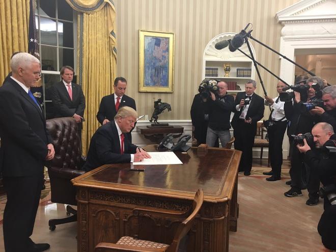 Trump bat dau pha bo di san dau tien cua Obama hinh anh 1