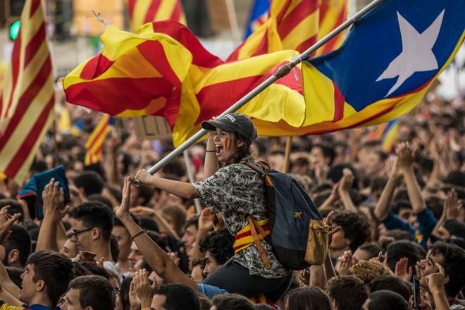 Duoi suc ep quoc te, Catalonia hoan tuyen bo doc lap hinh anh 1
