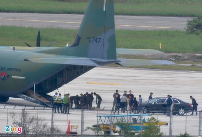 'Ngua tho' C-130 dua xe cua tong thong Han Quoc den Da Nang hinh anh 9