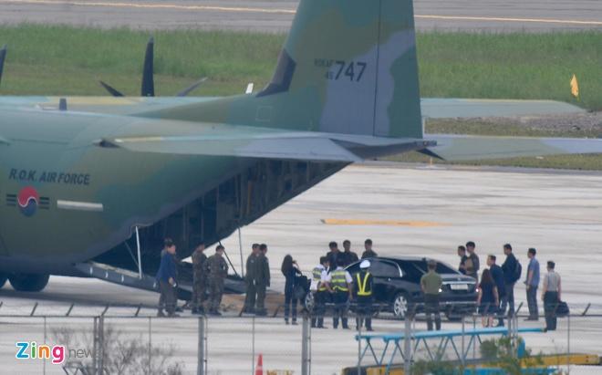 'Ngua tho' C-130 dua xe cua tong thong Han Quoc den Da Nang hinh anh 6