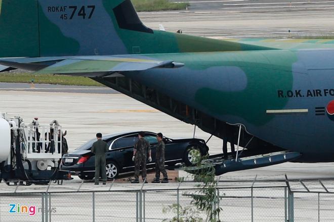 'Ngua tho' C-130 dua xe cua tong thong Han Quoc den Da Nang hinh anh 4