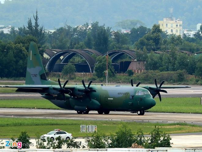 'Ngua tho' C-130 dua xe cua tong thong Han Quoc den Da Nang hinh anh 1