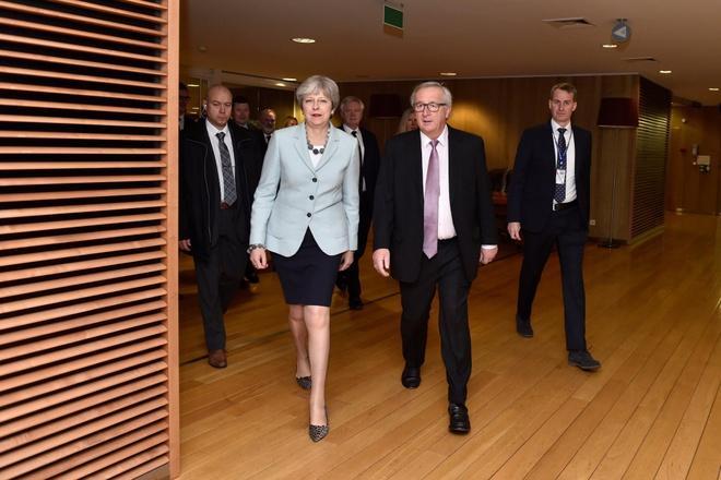 Anh - EU dat thoa thuan lich su ve Brexit roi khoi chau Au hinh anh