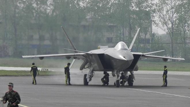 Trung Quoc dua may bay tang hinh J-20 vao chien dau hinh anh