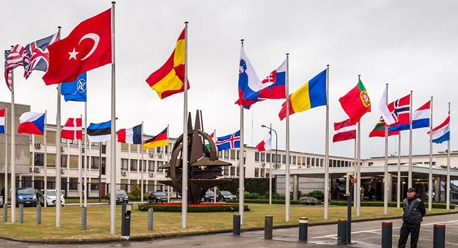 NATO truc xuat 7 nha ngoai giao Nga hinh anh
