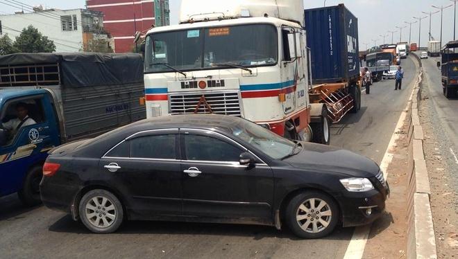 Oto Camry bi container day hang chuc met tren xa lo Ha Noi hinh anh 1