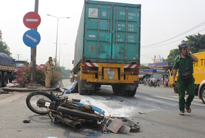 Tren duong di lam, 2 cong nhan bi xe container can chet hinh anh