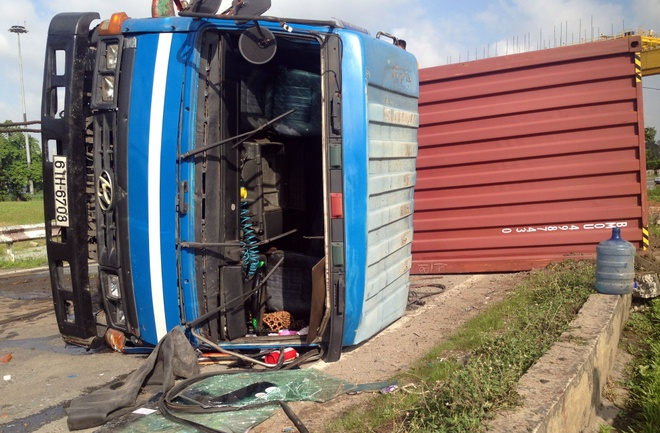 thung container lien tiep lat o sai gon anh 1