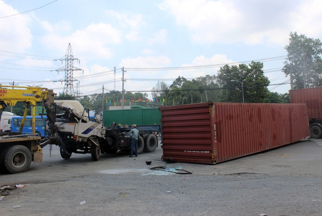 thung container lien tiep lat o sai gon anh 2