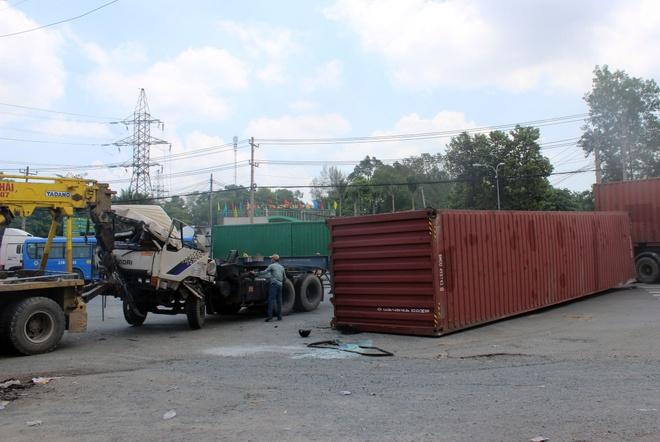 Thung container bi lat 2 lan o Sai Gon hinh anh 2