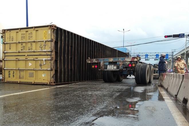 Thung container vang tren xa lo Ha Noi hinh anh 1