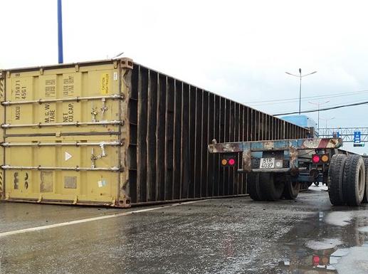 Thung container vang tren xa lo Ha Noi hinh anh