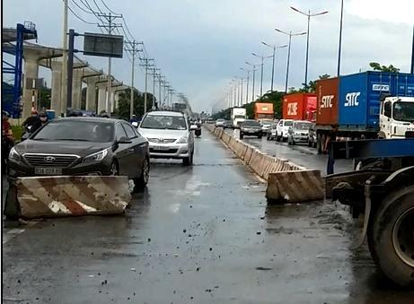 Thung container vang tren xa lo Ha Noi hinh anh 2