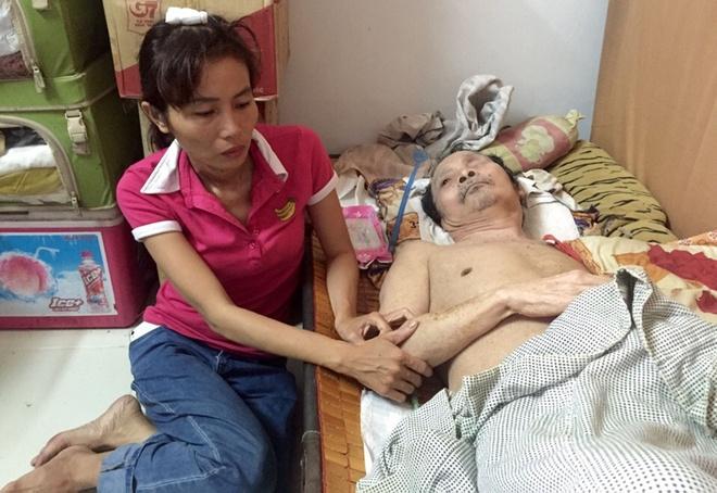 Cong an keo le nguoi phu nu ban hang rong o ho Con Rua hinh anh 2
