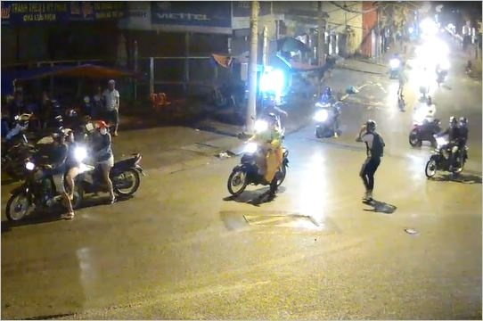 Thanh nien thoat chet may man duoi gam xe bon o Sai Gon hinh anh 2