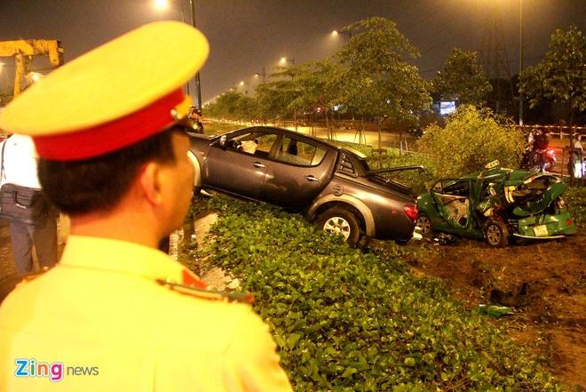 Taxi Mai Linh bep dum sau tai nan, 4 nguoi bi thuong hinh anh 5