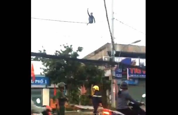 Thanh nien nghi ngao da du minh tren day dien o Sai Gon hinh anh