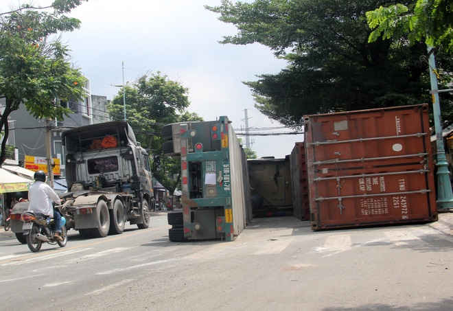 Xe dau keo container lat, nhieu nguoi thoat chet hinh anh 2