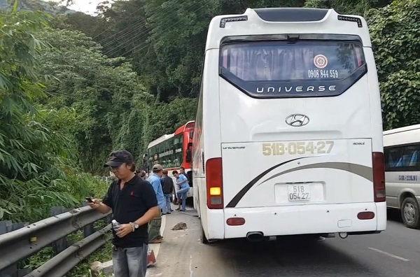 Oto khach diu xe 45 cho mat phanh do deo Bao Loc hinh anh