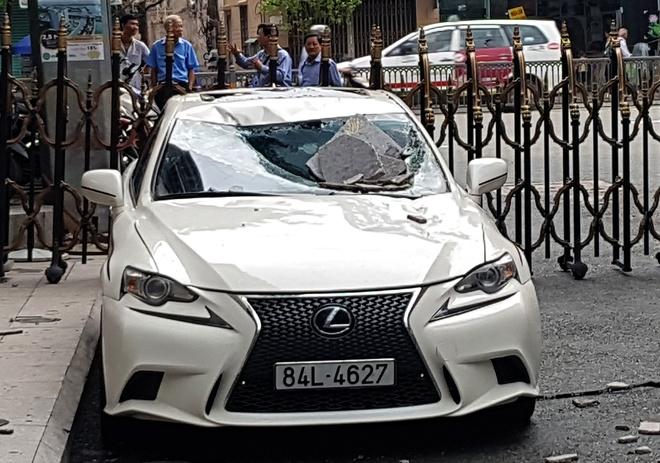 Lexus va BMW bi vo kinh khi dau duoi chan toa nha ngan hang hinh anh