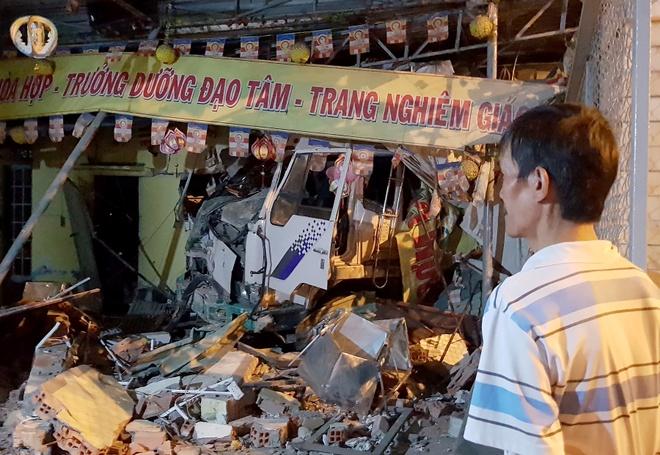 Tranh 2 xe may vuot den do, xe tai tong sap tuong chua o Sai Gon hinh anh 1