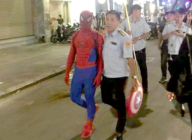 'Nguoi nhen' tren pho di bo Nguyen Hue bi phat 350.000 dong hinh anh 1