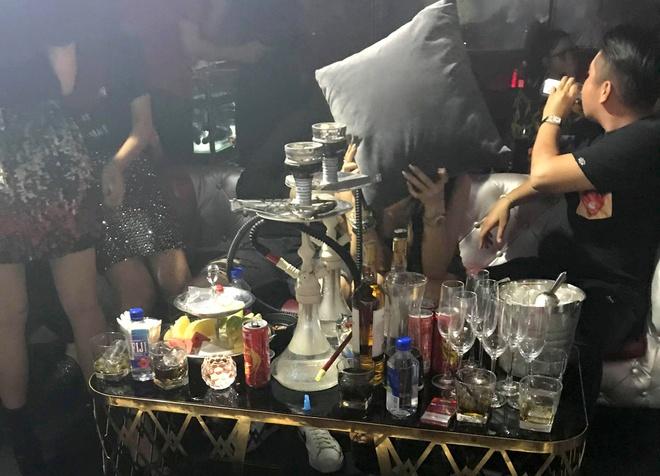 Bat qua tang tiep vien mac bikini mua cot trong quan bar o Sai Gon hinh anh 3