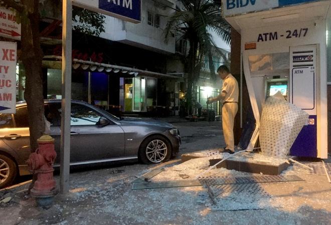 Oto BMW lao vao tru ATM ngan hang BIDV o Sai Gon hinh anh 2