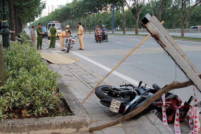 Nam thanh nien guc chet canh xe may tren via he Sai Gon hinh anh