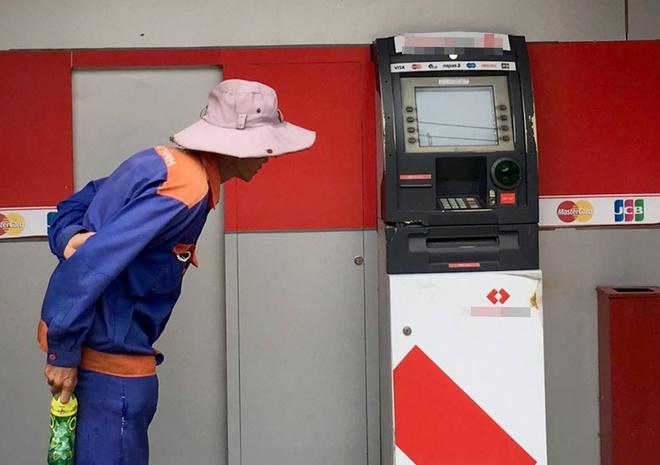 Tru ATM o Sai Gon nghi bi ke trom cay pha hinh anh