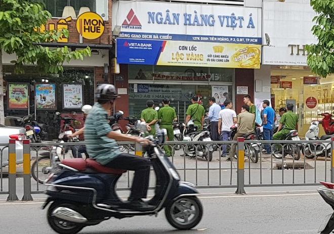 Vu cuop tai ngan hang Viet A o Sai Gon dien ra trong 3 phut hinh anh