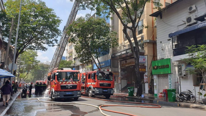 Cháy lớn gần phố đi bộ Nguyễn Huệ ở Sài Gòn - Ảnh 2
