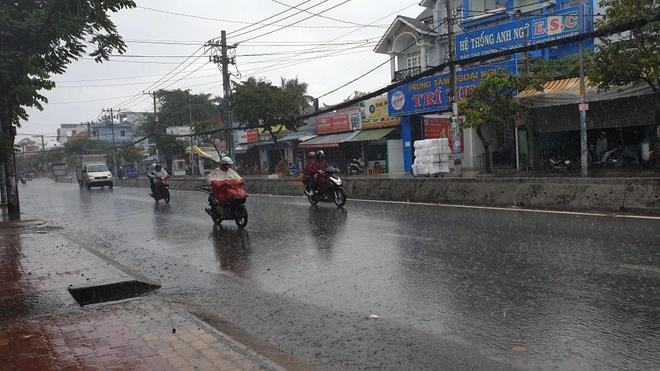 Sài Gòn đón cơn mưa vàng giải nhiệt