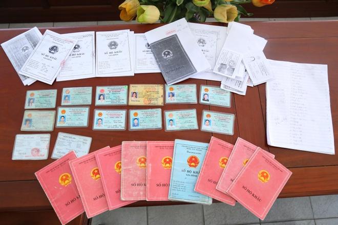 Số giấy tờ của con nợ tìm thấy trong nơi ở của Thắng. Ảnh: Nguyễn Hoàng.