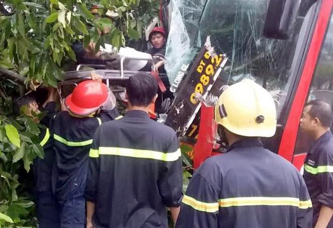 Hàng chục người mắc kẹt trong xe khách gặp nạn