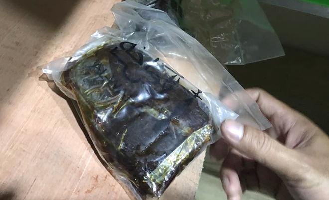 Túi nylon nghi chứa m a t úy. Ảnh:Thái Linh.
