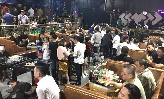 Nhiều người có mặt tại thời điểm cảnh sát ập vào quán bar. Ảnh:Thái Linh.