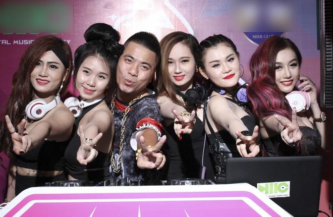 Wang Tran cung co gai trieu view to chuc cuoc thi Miss DJ hinh anh 1